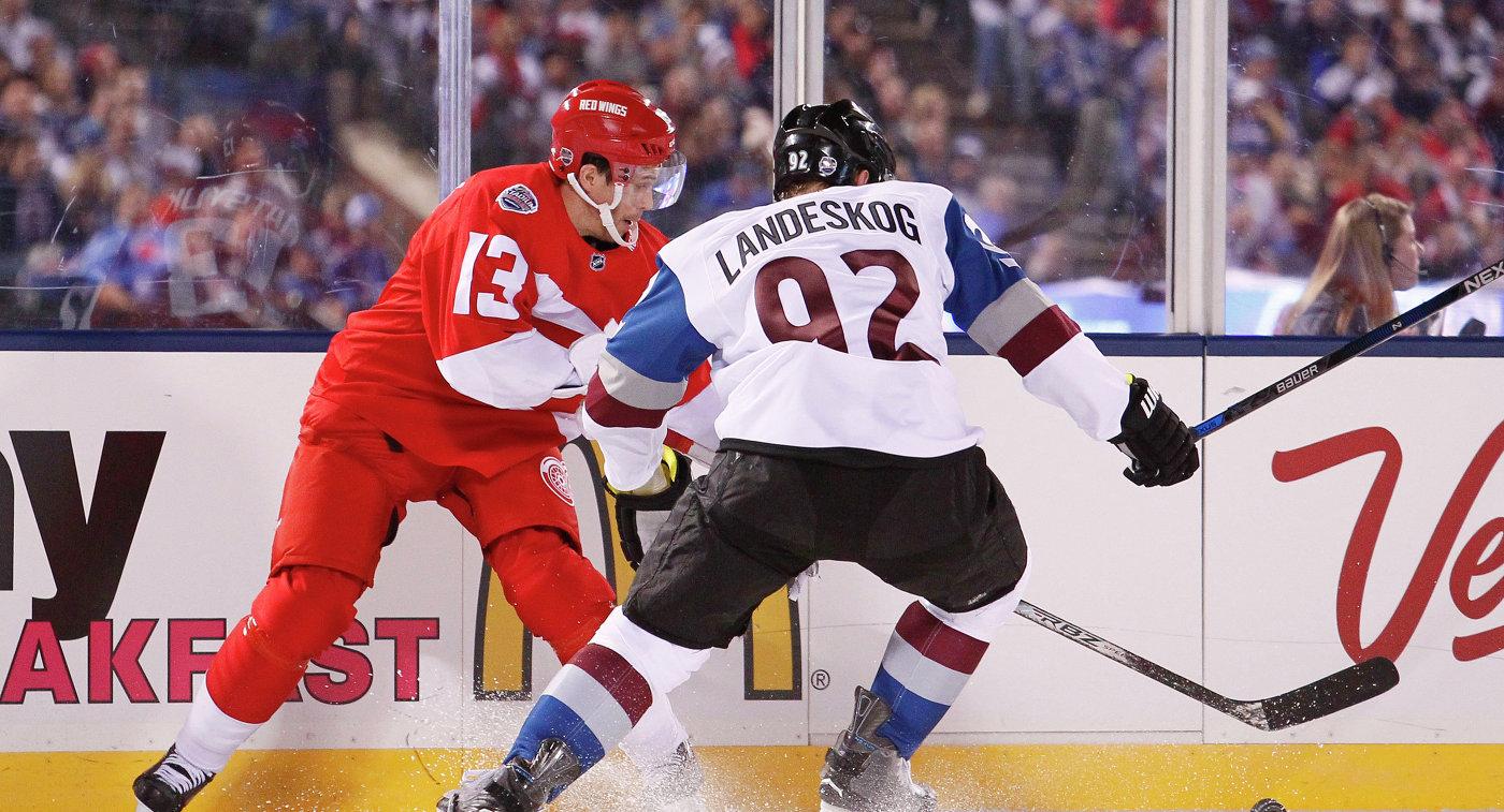 Форварды клубов НХЛ Детройт Ред Уингз Павел Дацюк и Колорадо Эвеланш Габриэль Ландескуг (слева направо)