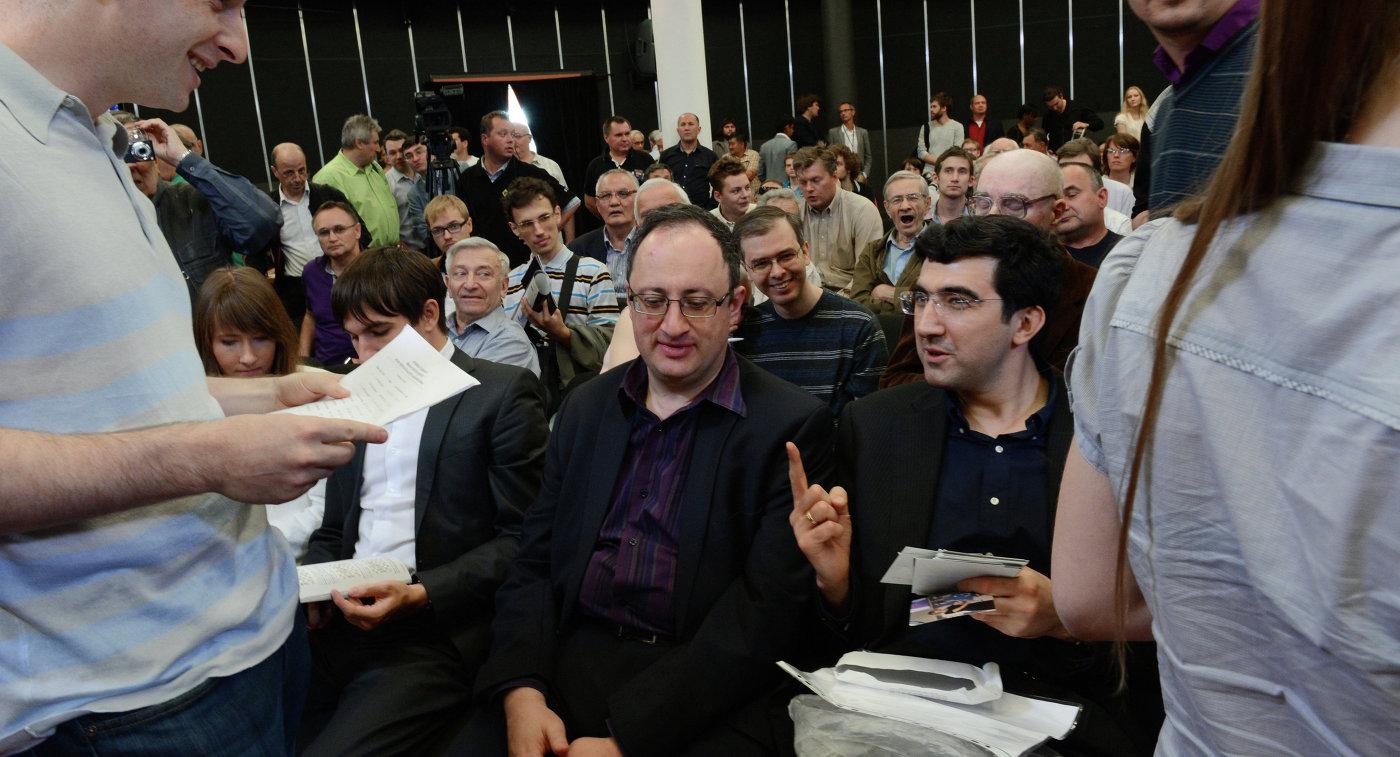 Владимир Крамник и Александр Морозевич (слева направо на втором плане)