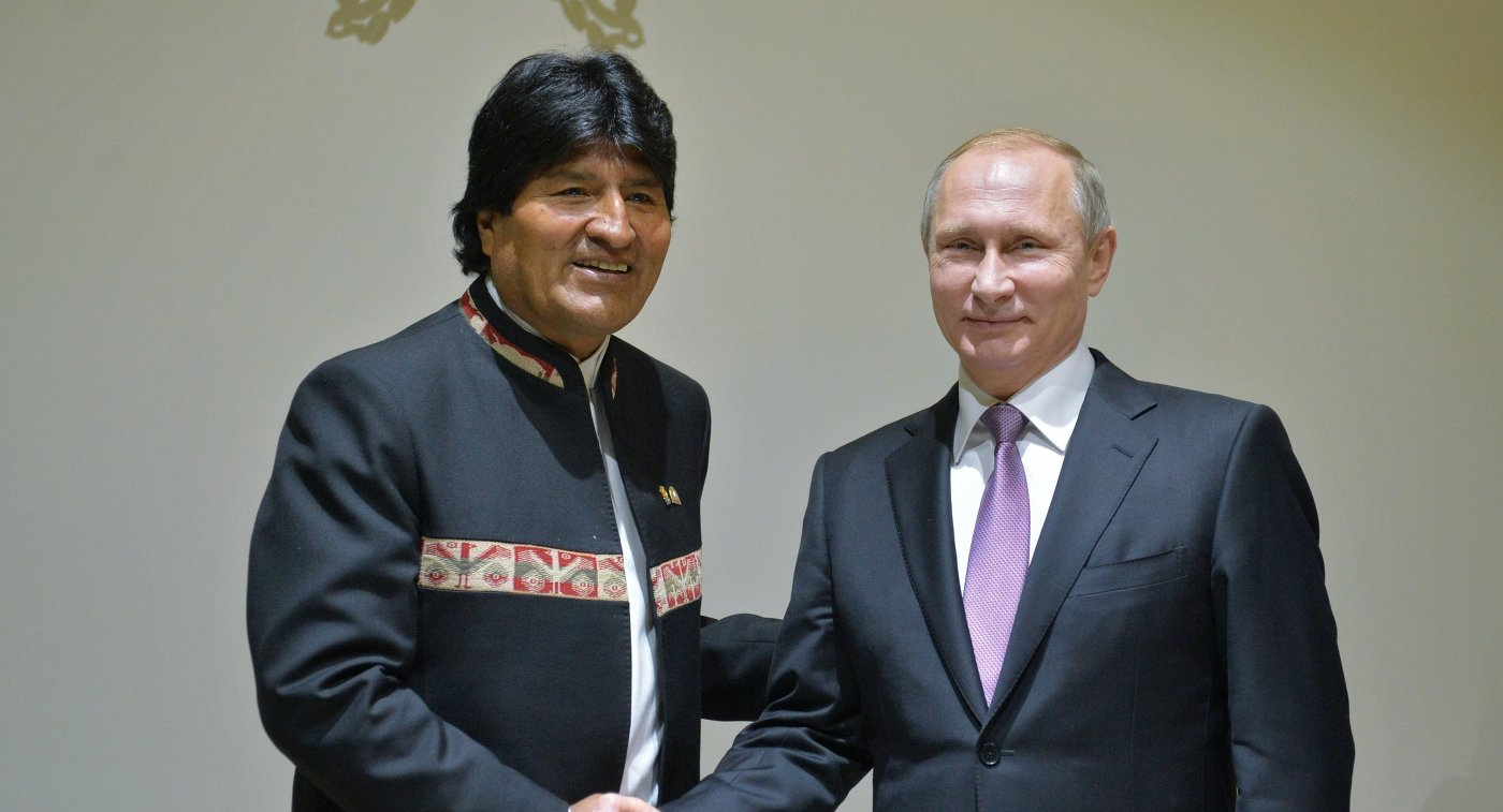 Владимир Путин (справа) и президент Боливии Эво Моралес