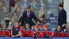 Главный тренер ЦСКА Дмитрий Квартальнов (слева), тренер ЦСКА Владимир Чебатуркин и хоккеисты клуба