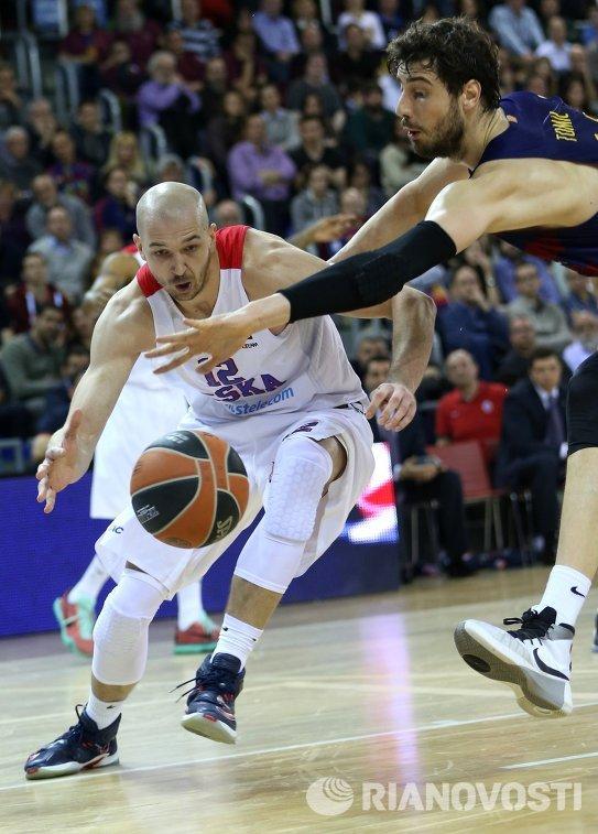 Центровой ПБК ЦСКА Павел Коробков (слева)