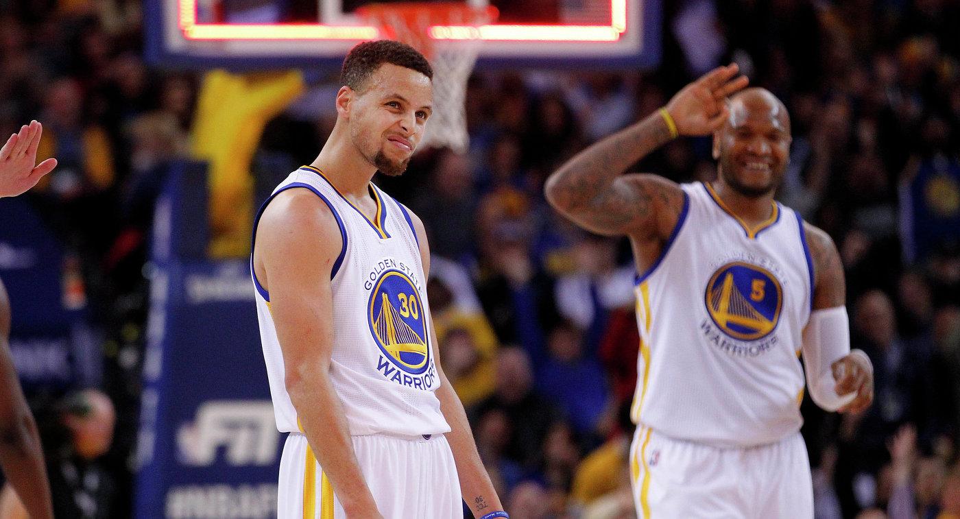 Разыгрывающий клуба НБА Голден Стэйт Уорриорз Стефен Карри (слева)