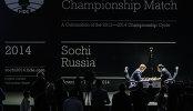 Обладатель титула Магнус Карлсен (слева) и претендент, индийский гроссмейстер Вишванатан Ананд в первой партии матча за звание чемпиона мира по шахматам в Сочи