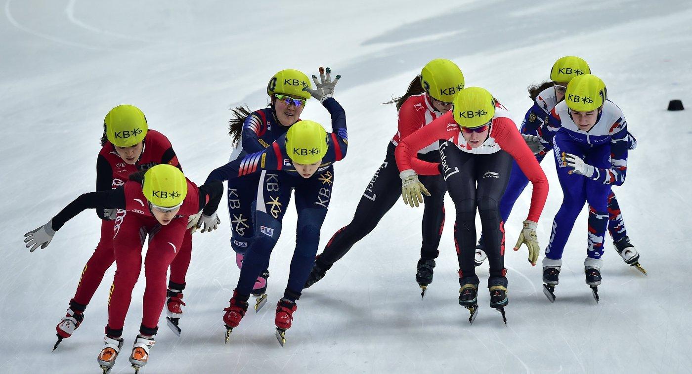Женская эстафета на чемпионате мира по шорт-треку. Справа - сборная России