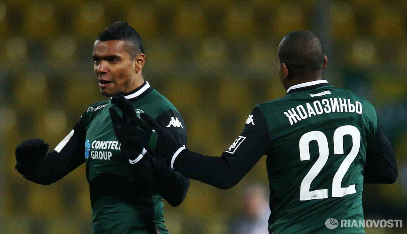 Футболисты Краснодара Вандерсон (слева) и Жоаозиньо радуются забитому голу