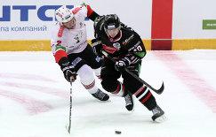 Игрок Трактора Дерон Куинт (слева) и игрок Авангарда Сергей Калинин