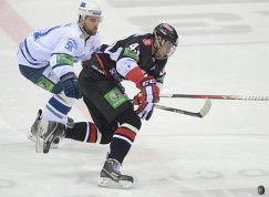 Игрок ХК Динамо Доминик Граняк (слева) и игрок ХК Трактор Валерий Ничушкин
