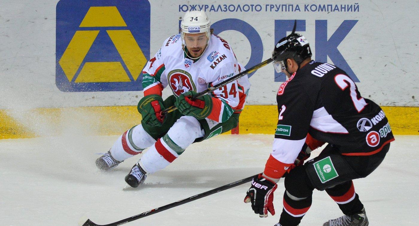 Форвард ХК Ак Барс Дмитрий Обухов (слева), защитник ХК Трактор Дерон Куинт