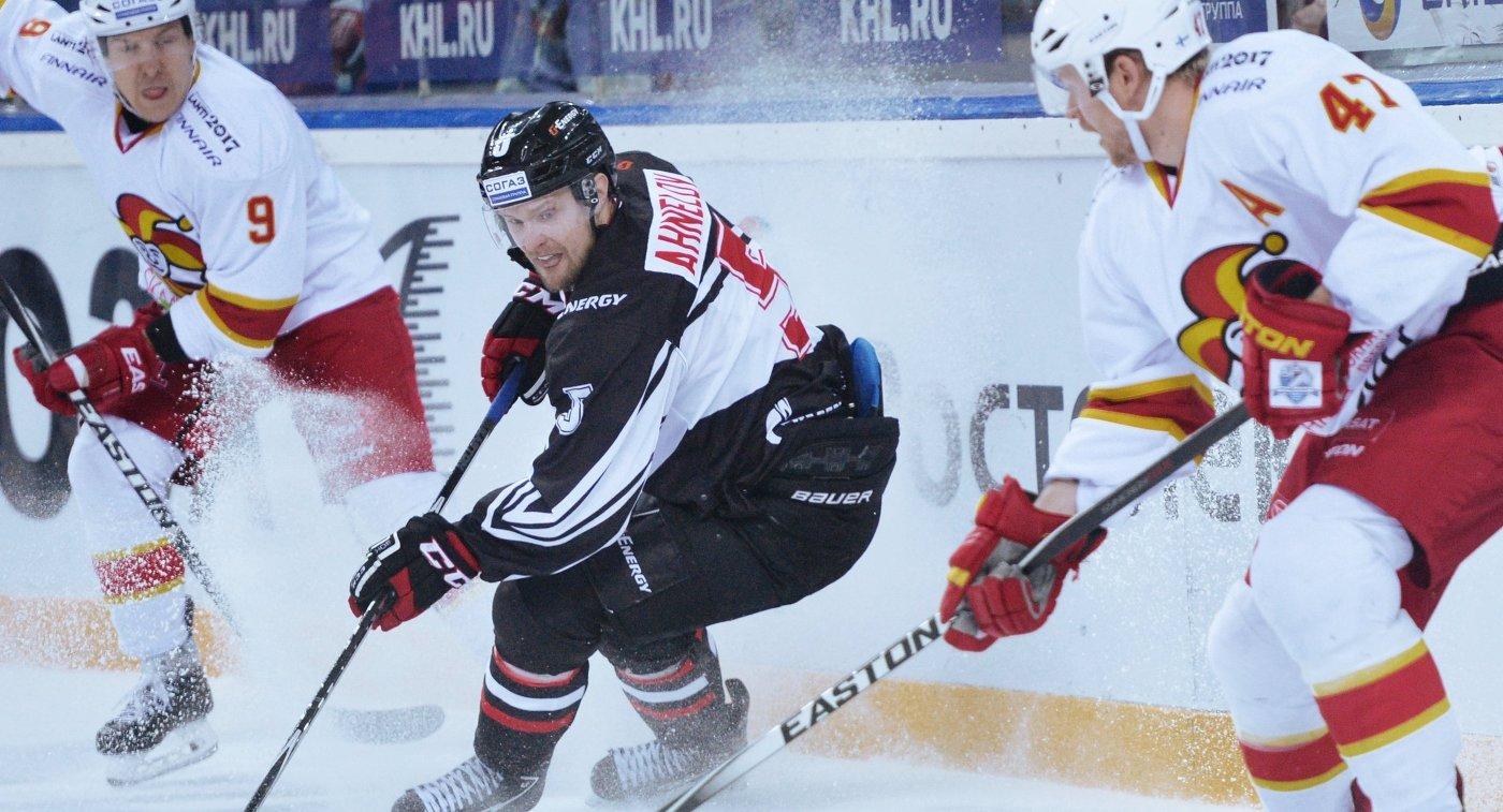 Юнас Анелёв (в центре)