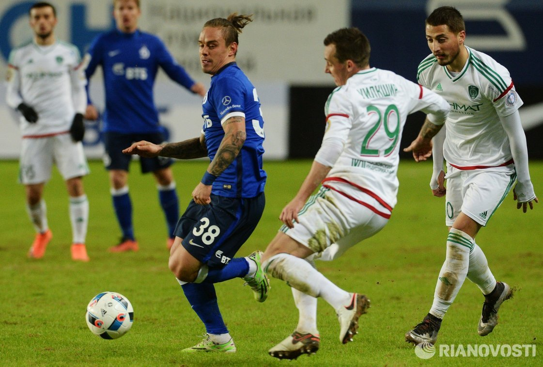 Защитники Динамо Андрей Ещенко и Терека Люк Уилкшир и полузащитник Терека Георге Грозав (слева направо)