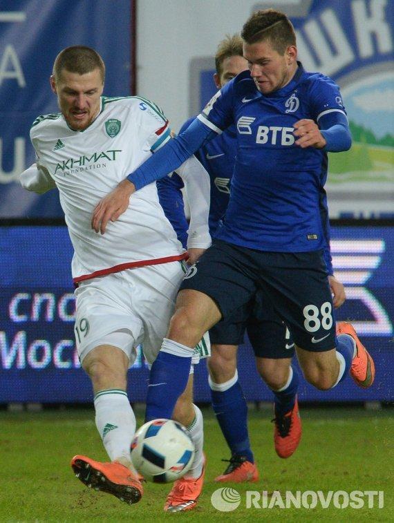 Полузащитники Терека Олег Иванов (слева) и Динамо Александр Ташаев
