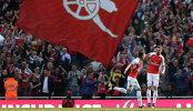 Футболисты Арсенала Месут Озил и Арон Рэмзи (слева направо) радуются забитому мячу