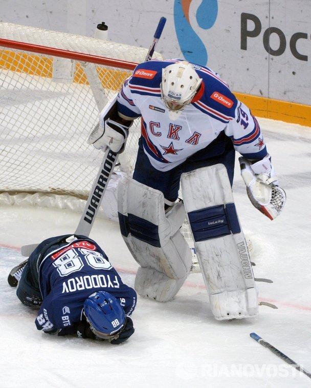 Форвард ХК Динамо Артём Фёдоров (слева) и вратарь ХК СКА Микко Коскинен