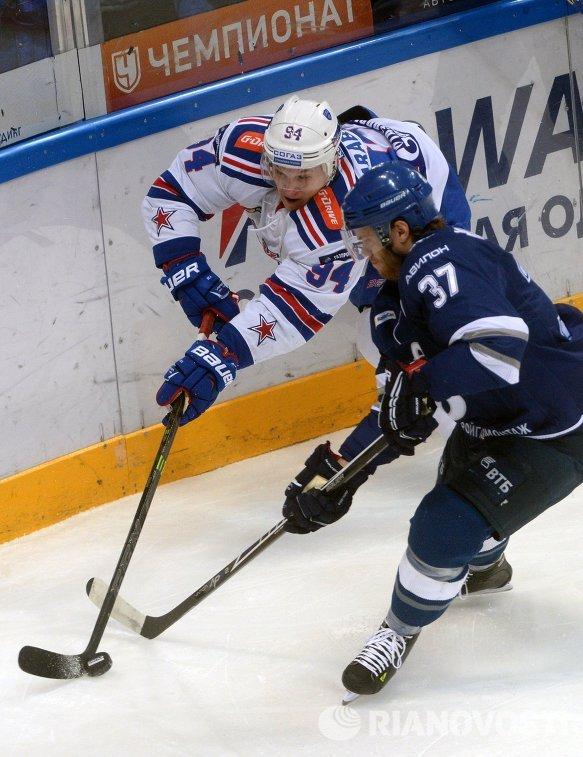 Форвард ХК СКА Александр Барабанов (слева) и защитник ХК Динамо Мэт Робинсон