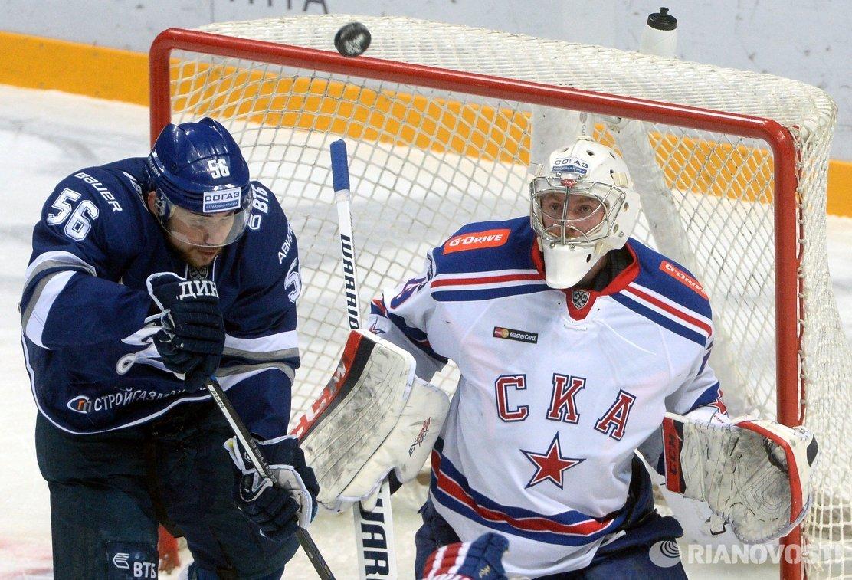 Форвард ХК Динамо Иван Игумнов (слева) и вратарь ХК СКА Микко Коскинен