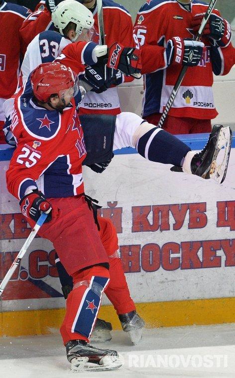 Форварды ЦСКА Владимир Жарков (на первом плане) и Торпедо Никита Двуреченский