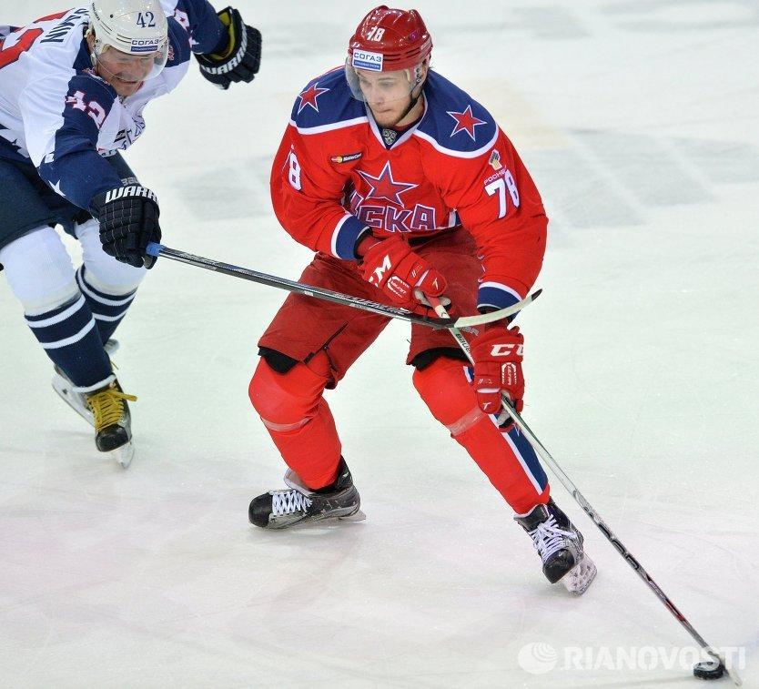 Форварды ЦСКА Максим Мамин (справа) и Торпедо Дмитрий Сёмин