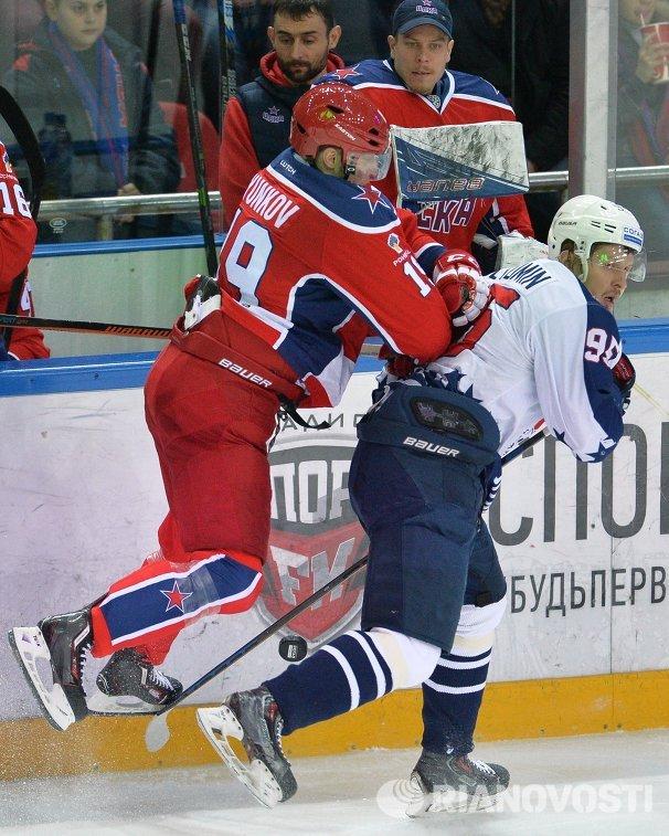 Форварды ЦСКА Михаил Юньков (слева) и Торпедо Вячеслав Кулёмин