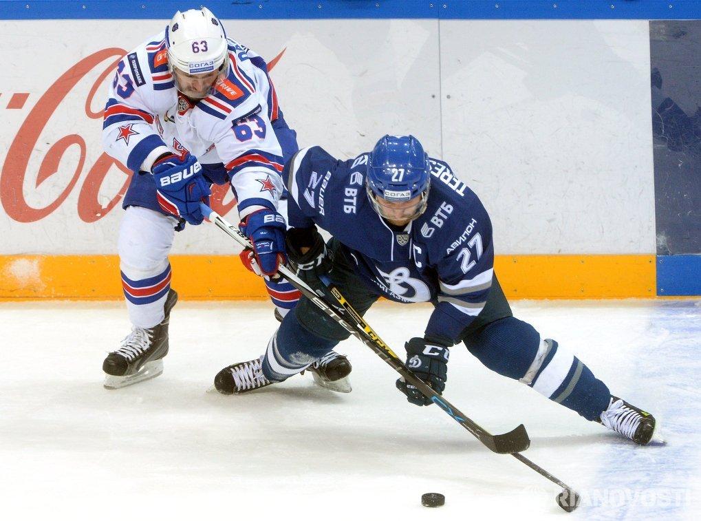 Форварды ХК СКА Евгений Дадонов (слева) и ХК Динамо Алексей Терещенко
