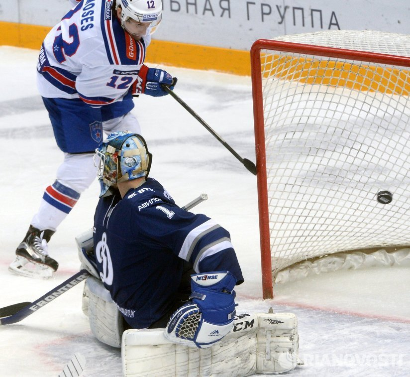 Форвард ХК СКА Стив Мозес (слева) и вратарь ХК Динамо Александр Ерёменко