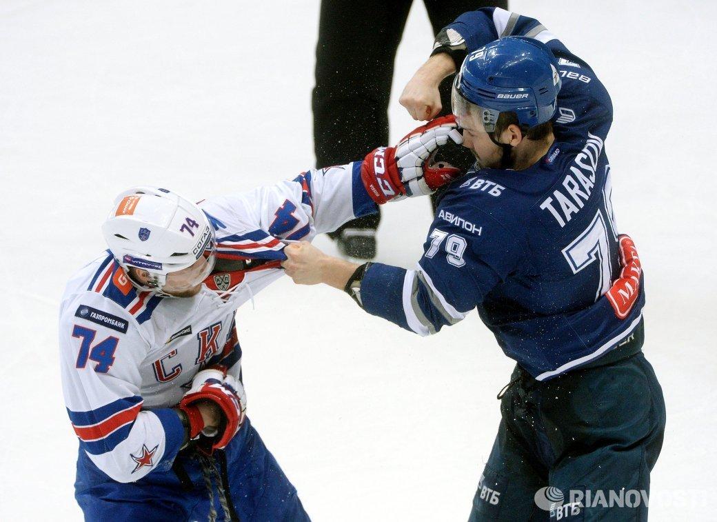 Защитник ХК СКА Егор Яковлев (слева) и форвард ХК Динамо Даниил Тарасов