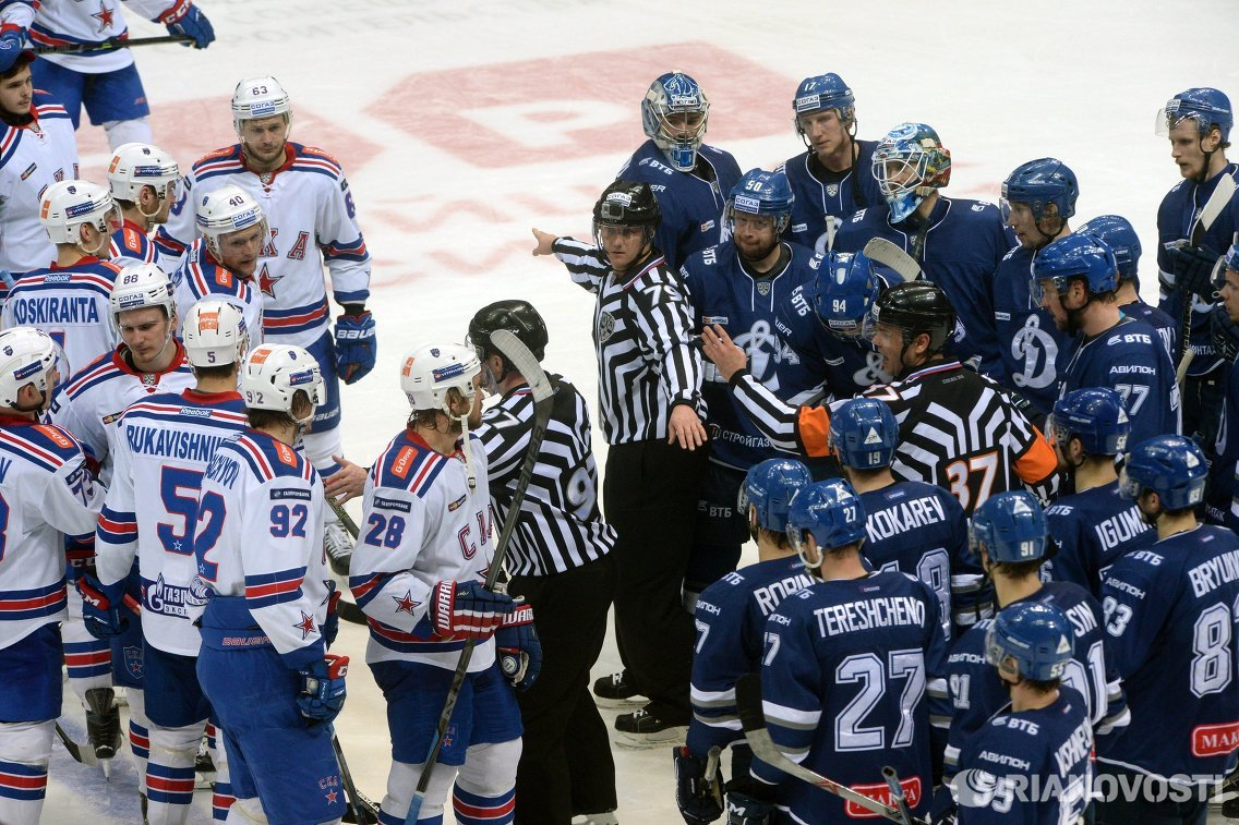 Игроки ХК СКА (слева) и игроки ХК Динамо (Москва)