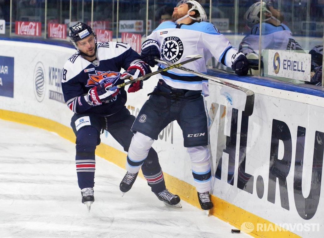 Защитник ХК Металлург Ярослав Хабаров (слева) и форвард ХК Сибирь Калле Риддервалль