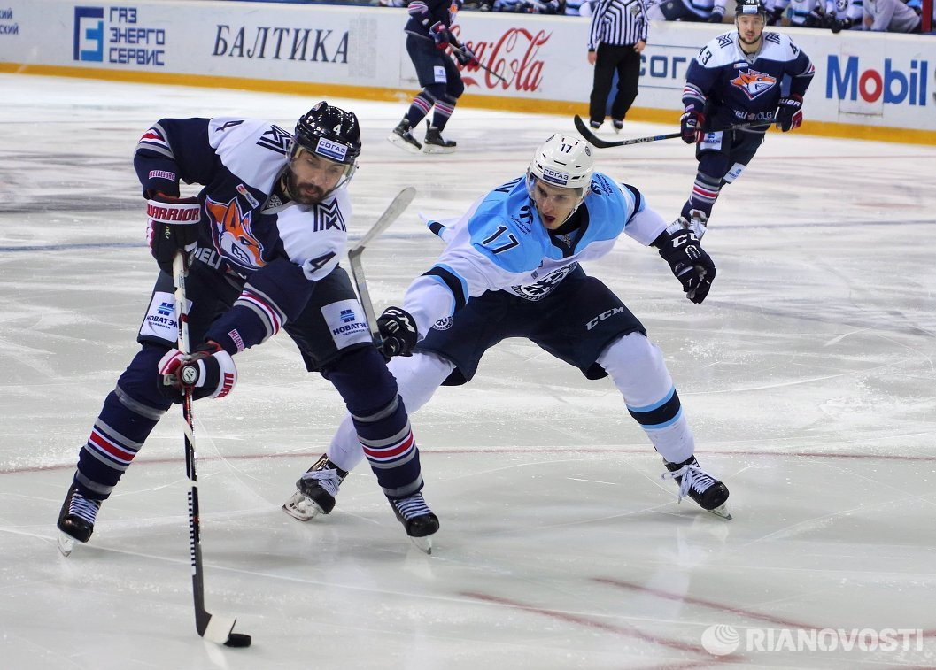 Защитник ХК Металлург Крис Ли (слева) и форвард ХК Сибирь Константин Окулов