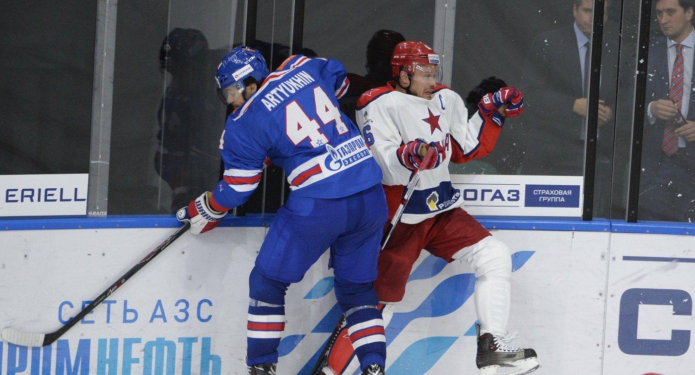 Форвард СКА Евгений Артюхин (слева) и защитник ЦСКА Денис Денисов