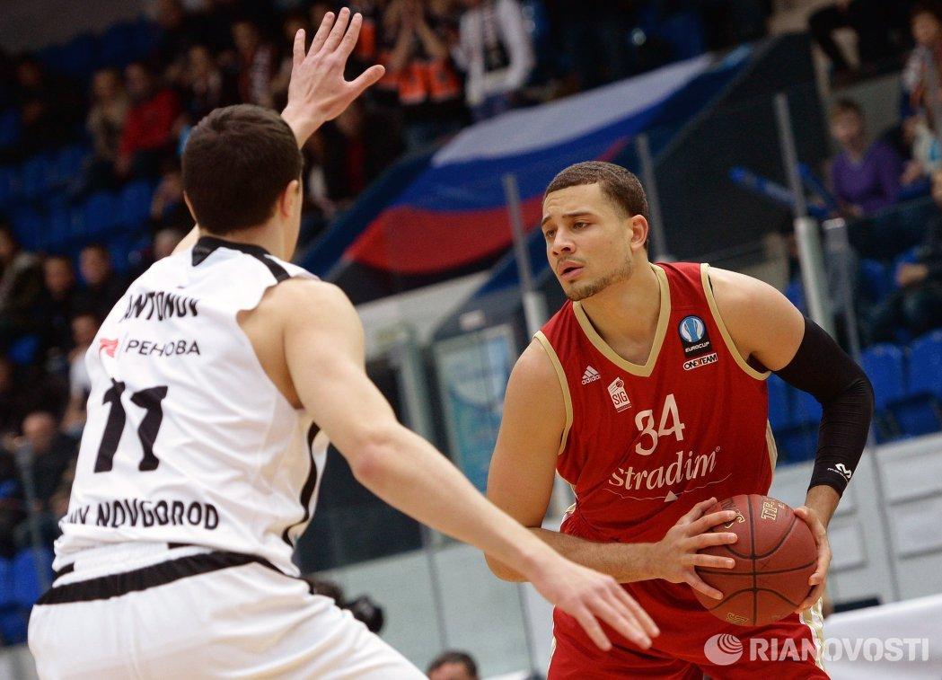 Форварды БК Нижний Новгород Семён Антонов (слева) и БК Страсбур Кайл Уимс