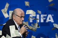 Президент ФИФА Йозеф Блаттер, в которого британский комик Саймон Бродкин кинул денежные купюры