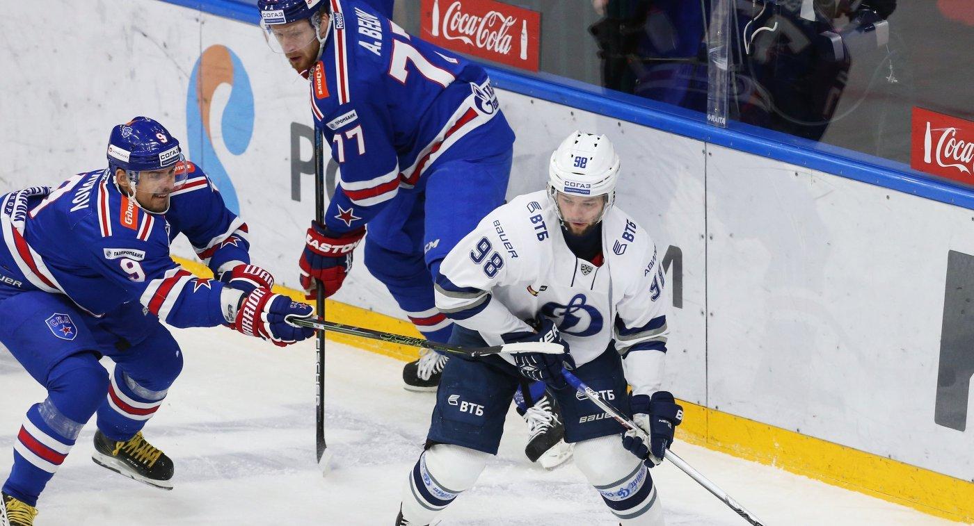 Игроки СКА Сергей Широков и Антон Белов и форвард Динамо Илья Шипов (слева направо)