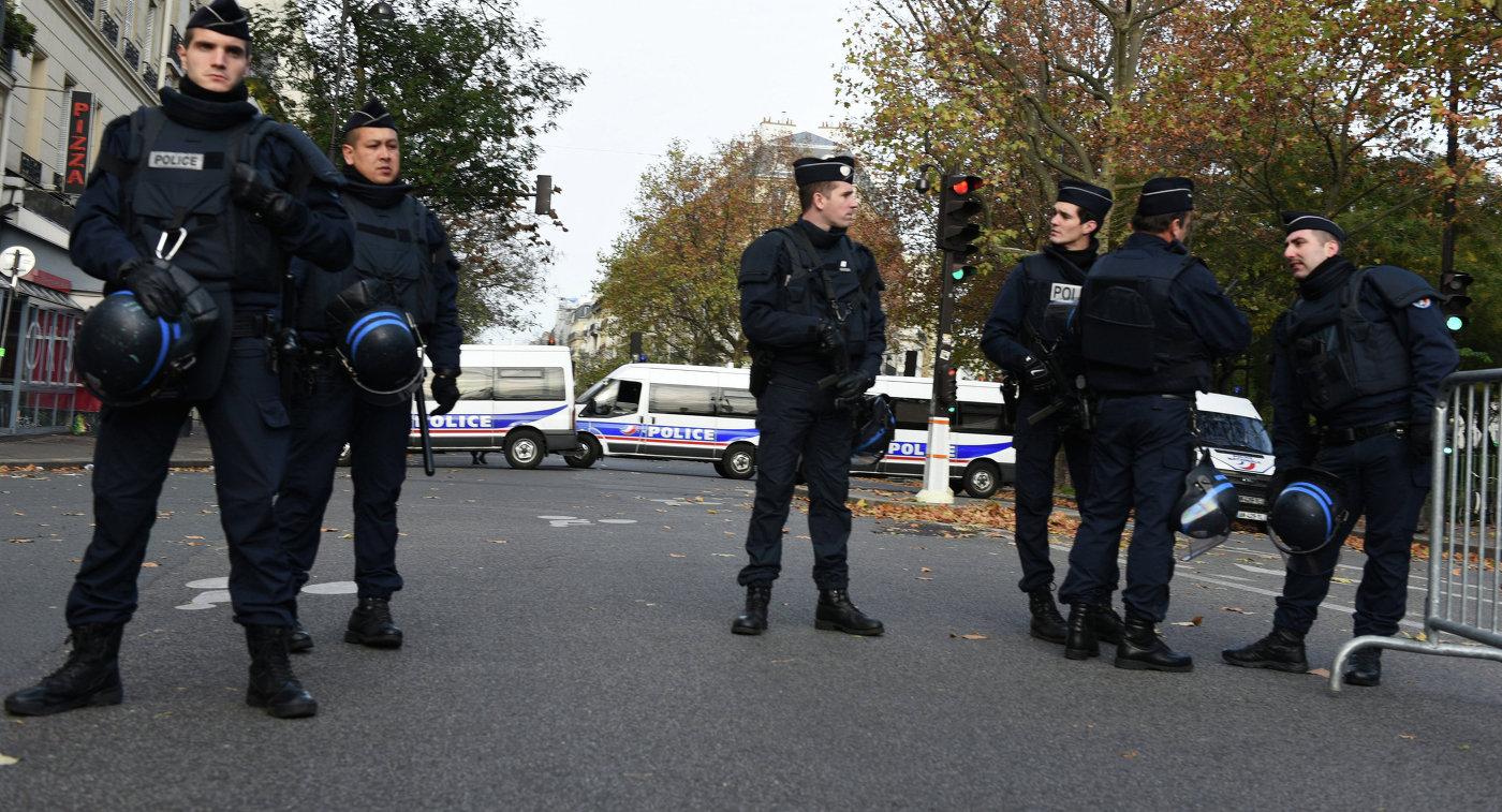 Полицейские на бульваре Вольтер около театра Батаклан в Париже, где произошел один из серии терактов