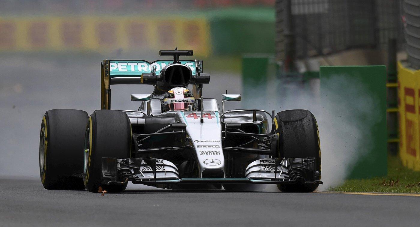 Пилот Мерседеса Льюис Хэмилтон во время первой практики Гран-при Австралии