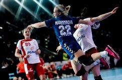 Игрок сборной России Екатерина Маренникова (в центре) и игрок сборной Польши Кинга Ахрук (слева)