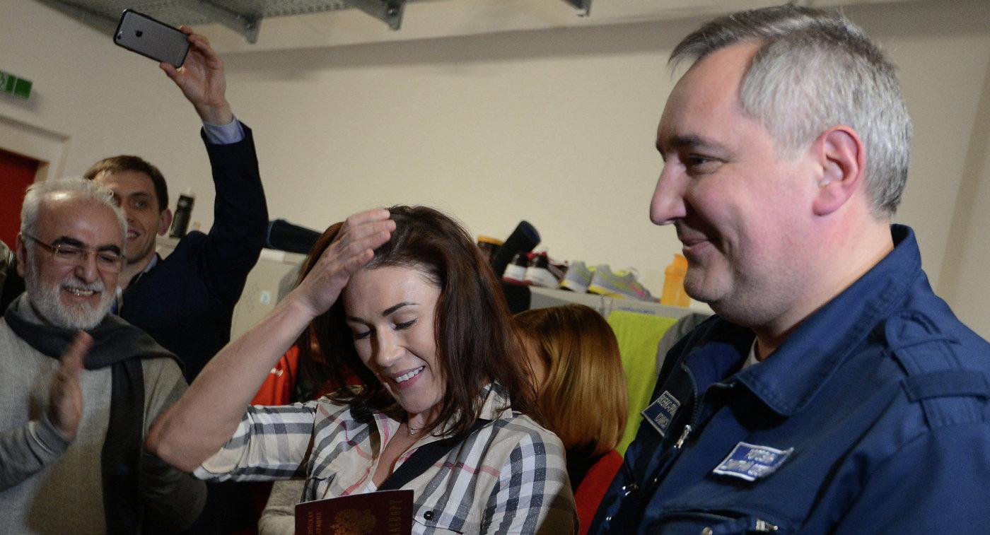 Дмитрий Рогозин во время вручения паспорта гражданина РФ экс-украинской гандболистке Юлии Манагаровой