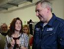 Дмитрий Рогозин во время вручения паспорта гражданина РФ украинской гандболистке Юлии Манагаровой