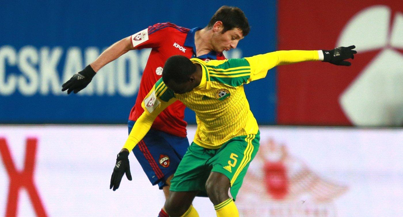 Полузащитник ЦСКА Алан Дзагоев (слева) и полузащитник Кубани Мохаммед Рабиу