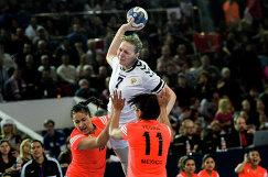 Игрок сборной России Дарья Дмитриева (вверху)