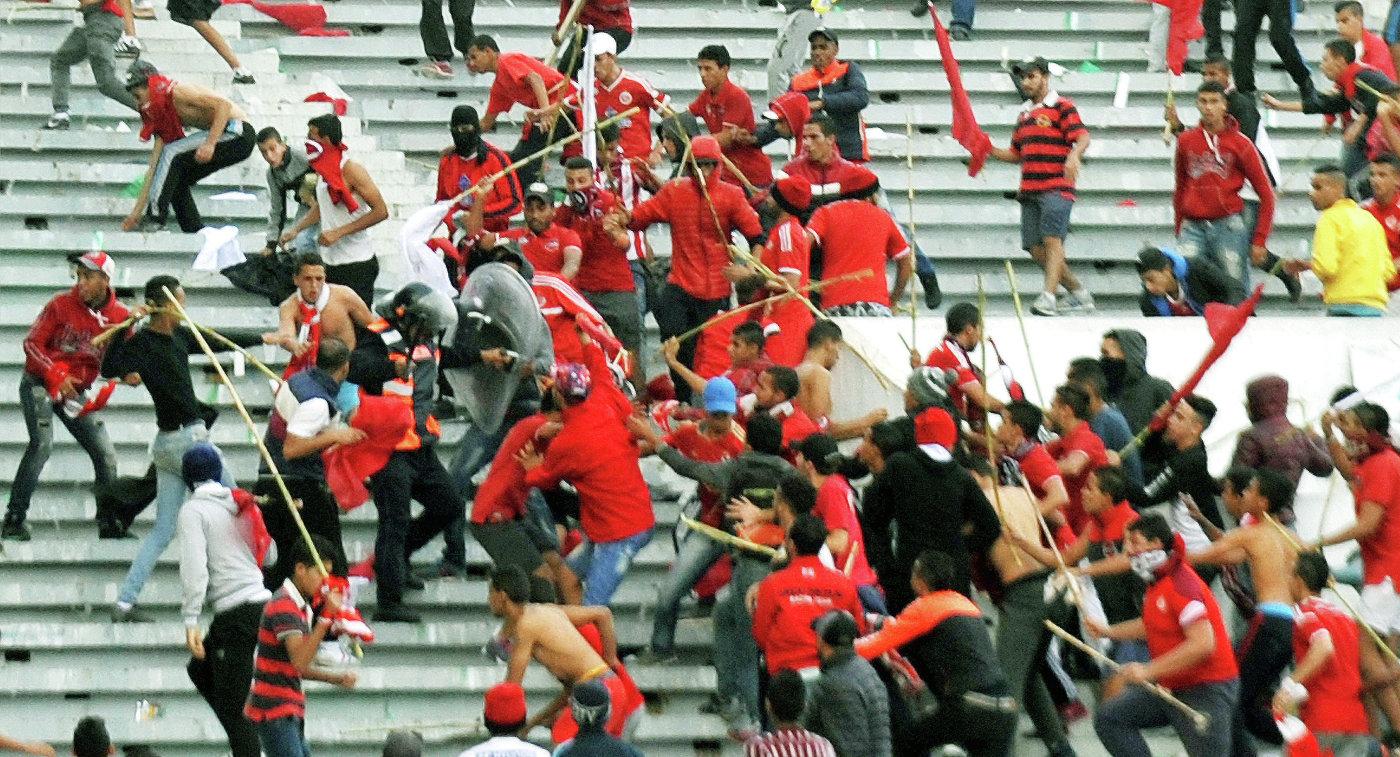 Драка футбольных болельщиков во время матча чемпионата Марокко