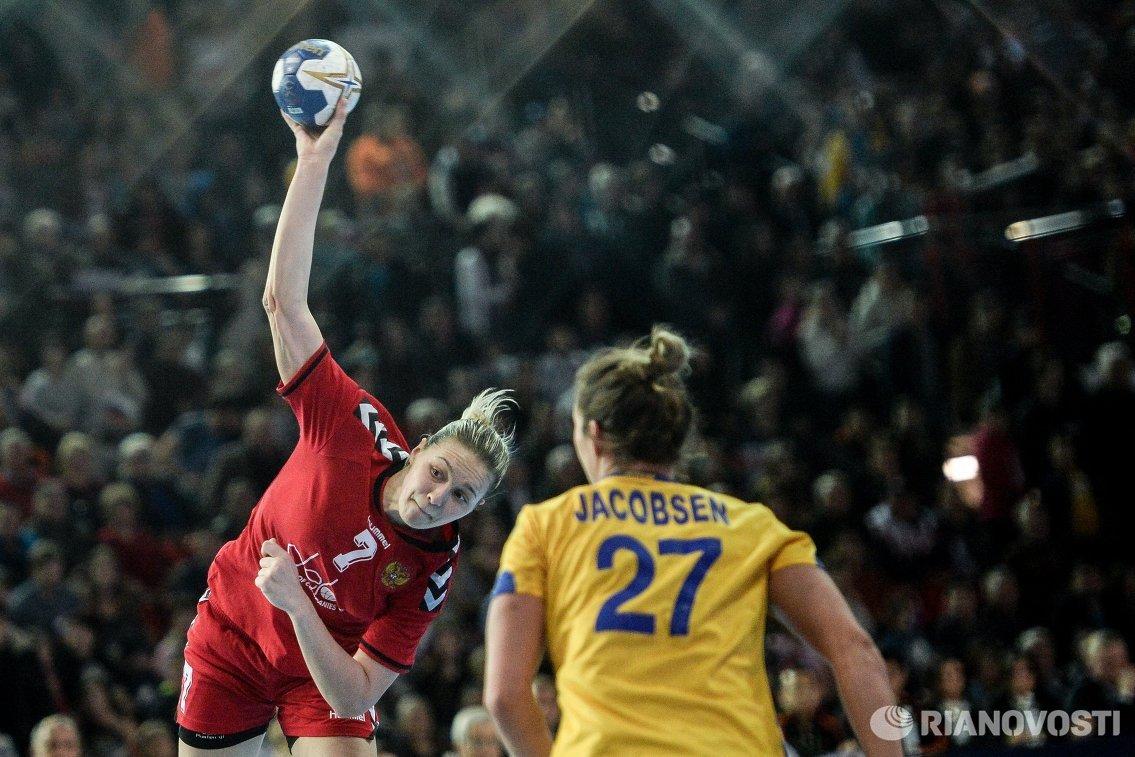 Гандболистка сборной России Дарья Дмитриева (слева)