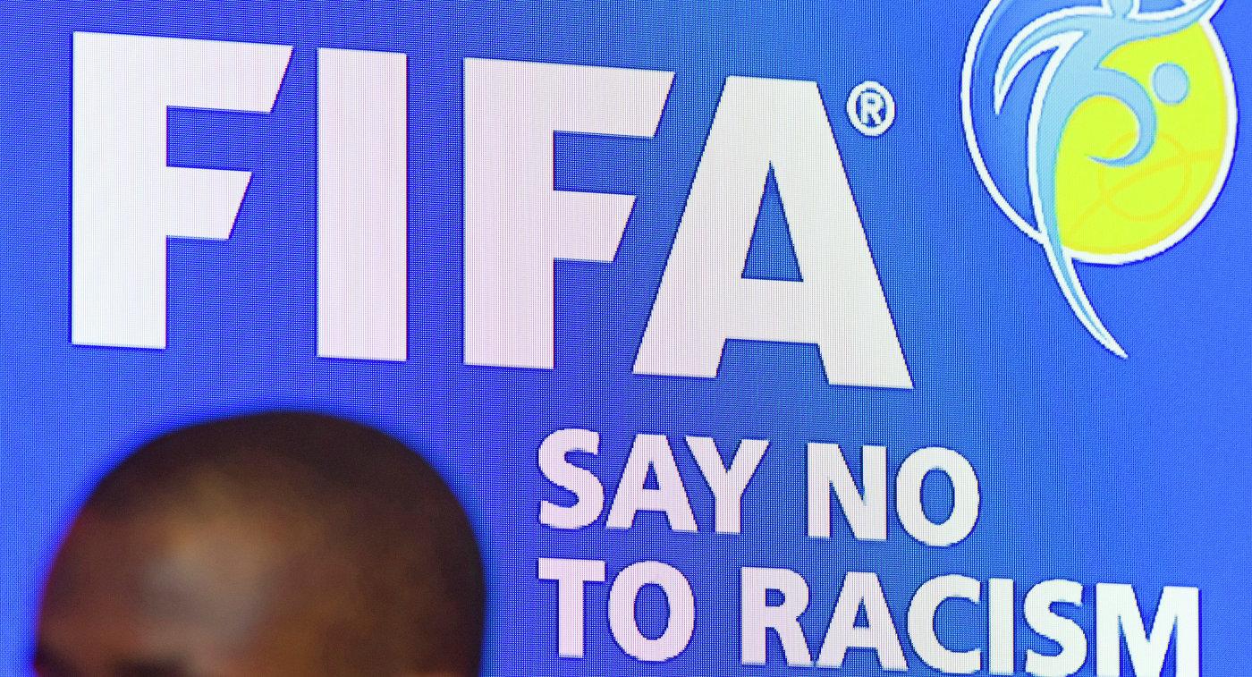 Логотип ФИФА с официальным призывом нет расизму