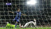 Форвард Шальке Клас-Ян Хунтелар отправляет четвертый мяч в сетку ворот Реала