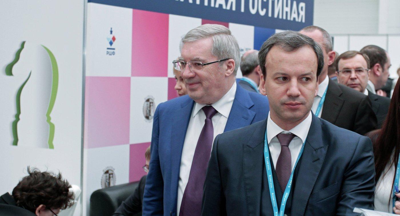 Аркадий Дворкович (справа)