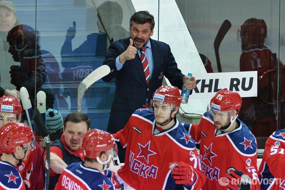 Главный тренер ПХК ЦСКА Дмитрий Квартальнов (в центре)