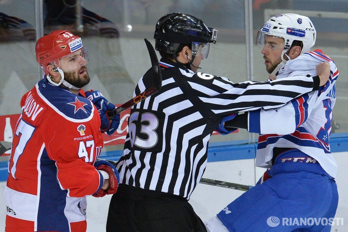Форварды ПХК ЦСКА Александр Радулов (слева) и ХК СКА Юаким Линдстрём (справа)