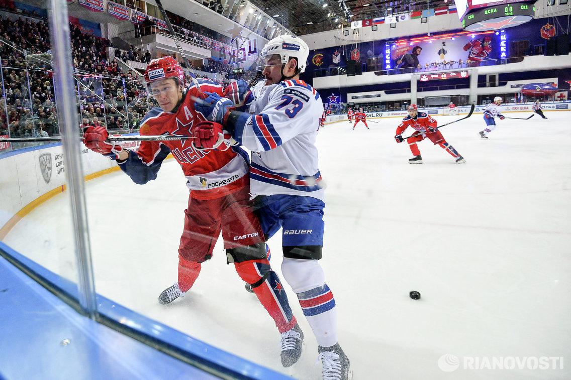 Защитники ПХК ЦСКА Никита Зайцев и ХК СКА Максим Чудинов (слева направо)