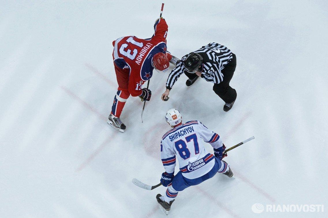 Форварды ПХК ЦСКА Роман Любимов и ХК СКА Вадим Шипачёв (слева направо)