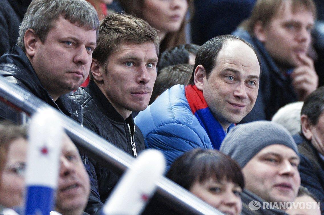Защитник клуба ПФК ЦСКА Кирилл Набабкин (второй слева)