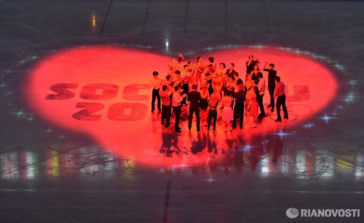 Фигуристы во время показательного выступления на XXII зимних Олимпийских играх в Сочи
